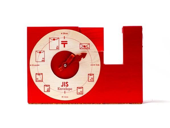テープの長さが測れる木製のテープディスペンサー。カラー版。  テープを引くとレザーの矢印が時計の針の様に周ります。 iFデザイン賞2015受賞