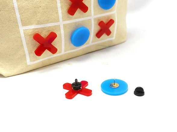 〇×ゲームがトートになりました。ピンバッジ式のパーツで着脱して遊べます。
