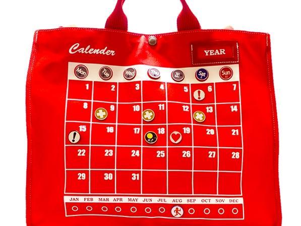 カレンダーがデザインされたトートバッグ。 ピンバッジをつけて万年カレンダーに。