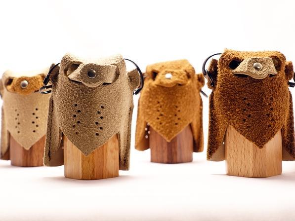 スウェードと木製ケースで出来たふくろう 型のネックレス式小物入れ。