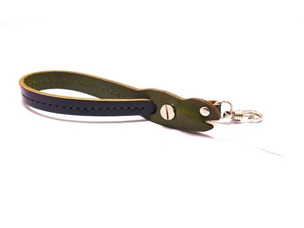 ヌメ革製のユニークなヘビ型 ハンドストラップ。