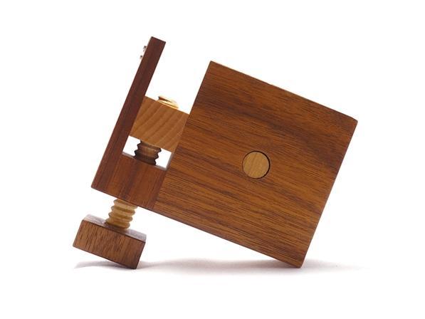 テープの長さが測れる木製テープカッター「テープ・ディスタンサー」のミニ版。机に固定出来る