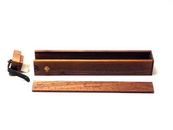 キャップが消しゴムケース、蓋が規(cm/inch)になっている  多目的な木製筆箱