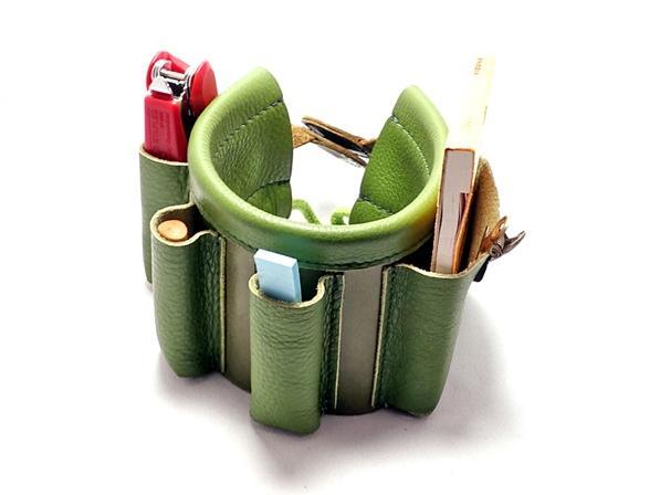 ウォールナットのペンさしに本革のツールケースが絡みついた。  ツールケースは取り外して中身をそのままに携帯出来ます。
