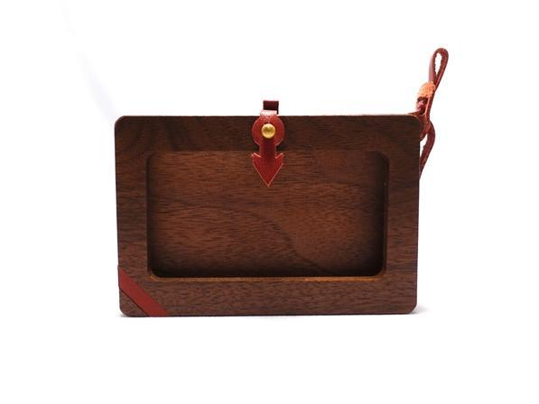 上質なウォールナット材とヌメ革を使用した窓枠の開いた木製カードケース。